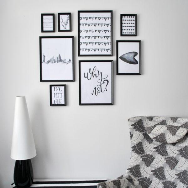 czarno-białe plakaty w ramach
