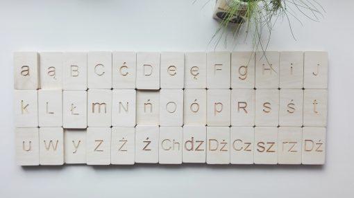 polski alfabet na tabliczkach